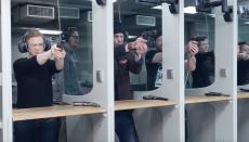 Osuva tutustumiskäynti kahdelle - pistooli