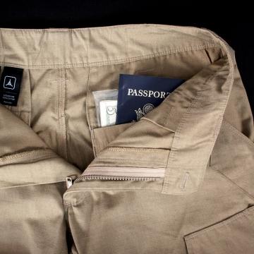 Passi tai muu arkaluontoinen materiaali voidaan suojata takataskujen kohdalla sijaitseviin sisätaskuihin